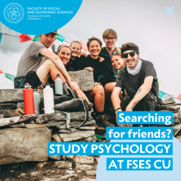 Druhý obrázok zobrazuje skupinu priateľov usmievajúcich sa do kamery. Text obrázku znie: Searching for friends? Study Psychology at FSES CU.